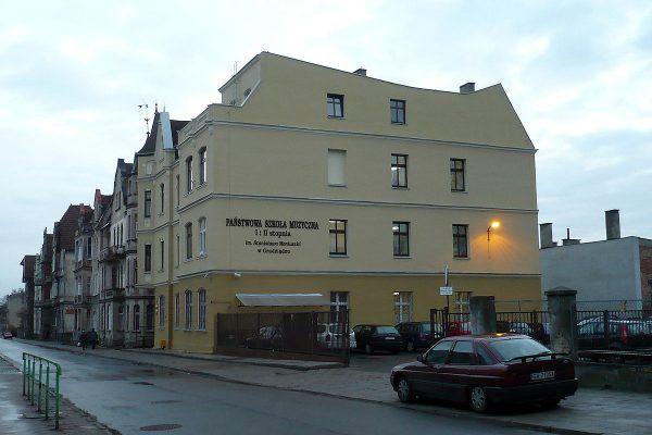 Grudziądzki budynek, w którym obecnie mieści się Państwowa Szkoła Muzyczna, ma swą mroczną tajemnicę. To tam mieściła się siedziba PUBP, dokąd Lusia miała przychodzić z donosami (fot. Kudak, lic. CC BY-SA 4.0, 3.0, 2.5, 2.0, 1.0).