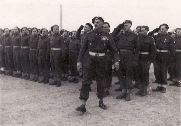 Władysław Anders podczas inspekcji Gimnazjum polskiego w Casarano we Włoszech, 2 czerwca 1946 roku. A mógł już wtedy być w Polsce...
