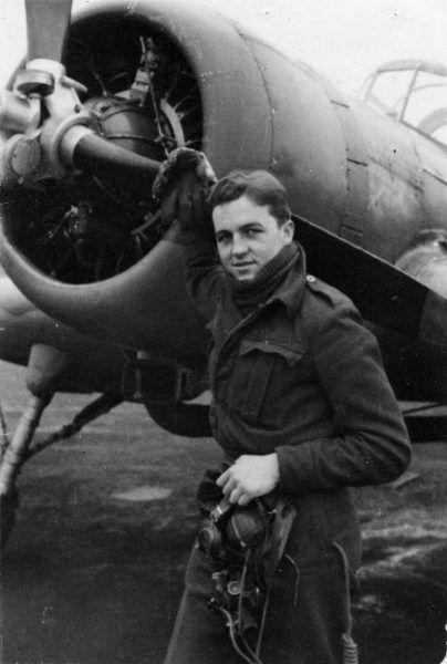 """""""Ostatni pilot"""" - Jerzy Główczewski przy swoim samolocie."""