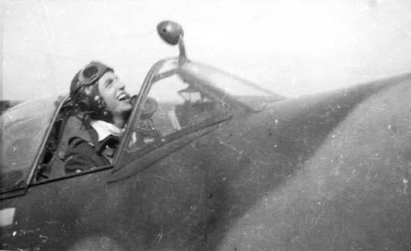 Jerzy Główczewski w kabinie swojego Spitfire'a.