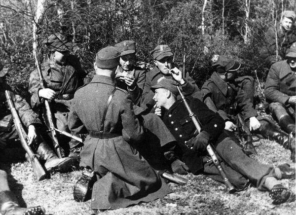 Sowieci podstępem rozbrajalii i aresztowali żołnierzy AK, którzy wcześniej wspólnie z nimi odbijali z rąk Niemców polskie miasta. Na zdjęciu żołnierze 27 Wołyńskiej Dywizji Piechoty AK.
