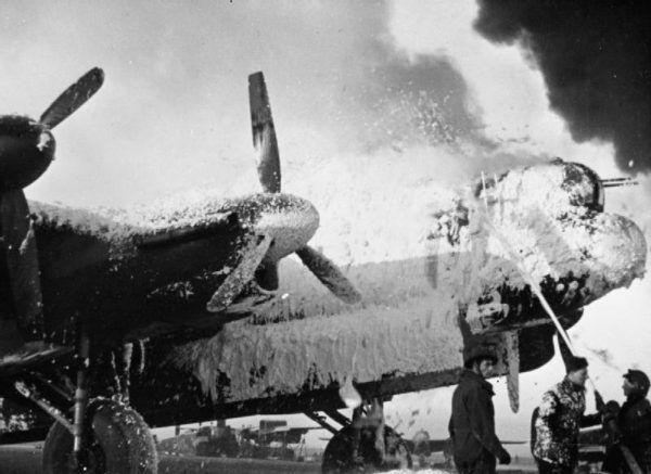 """"""" Paliły się zapasowe samoloty i beczki z benzyną. Na tym tle migały zielono-srebrne maszyny, widać było wyraźnie czarne krzyże."""" wspomina Jerzy Główczewski."""