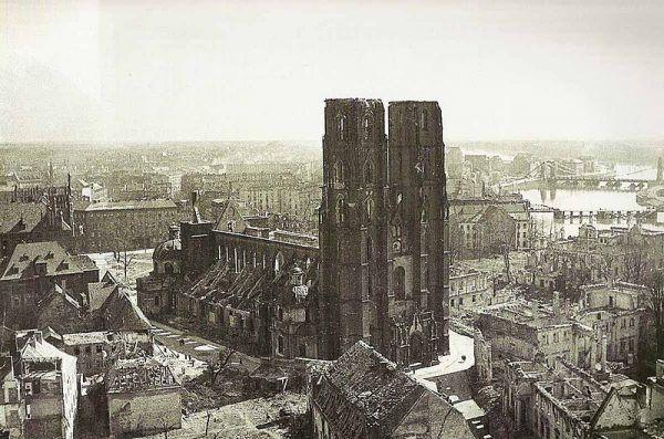 Na ziemiach odzyskanych Sowieci wyróżniali Niemców, często dyskryminując a nawet szykanując Polaków. Na zdjęciu zniszczona wrocławska katedra i okolice w 1945 roku.