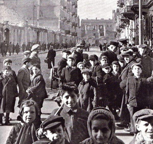 W gettach głód cierpieli wszyscy. Mężczyźni, kobiety, starcy i dzieci.