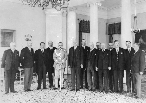 W przedwojennej Polsce nie do pomyślenia było, aby kobieta była ministrem. Na zdjęciu drugi rząd Józefa Piłsudskiego.
