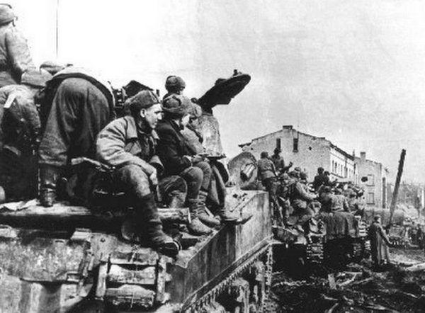 Jednostki Armii Czerwonej po zajęciu Landsberga. przemianowanego później na Gorzów Wielkopolski. Styczeń 1945 roku.
