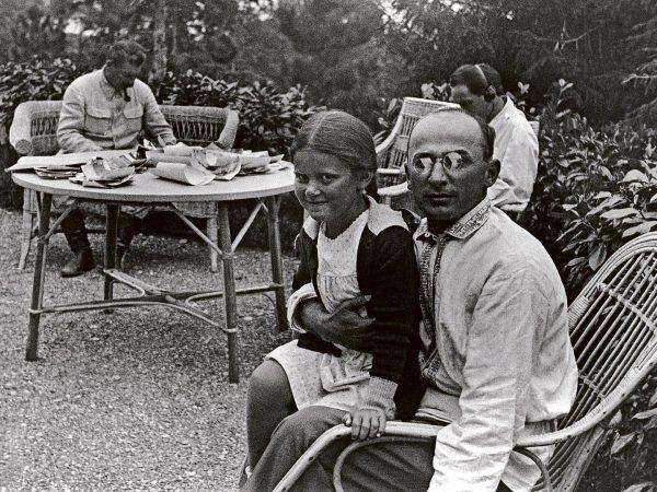 Ławrientij Beria często spędzał czas z rodziną Stalina, ale w sprawie Polaków postawił na swoim - wbrew Pierwszemu Sekretarzowi. Na zdjęciu szef NKWD trzyma na kolanach Swietłanę, córkę Stalina.