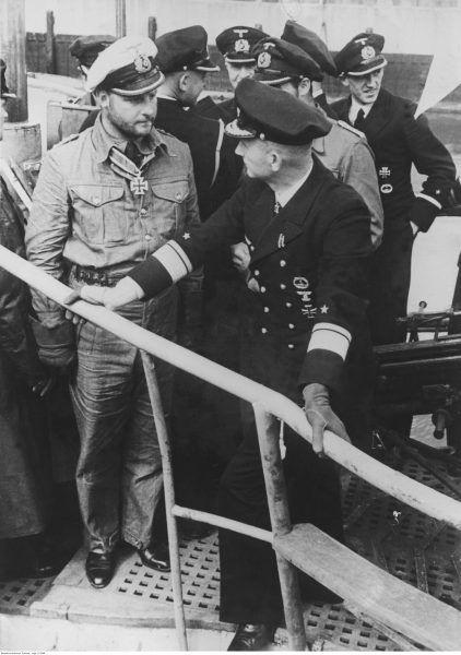 Kapitan niemieckiej marynarki wojennej Fritz - Julius Lemp (z lewej) podczas rozmowy z kontradmirałem Karlem Dönitzem (z prawej).