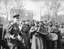 ADN ZB/Archiv II.Weltkrieg 1939 45 Die erbitterten Kämpfe um Berlin sind am 2. Mai 1945 beendet. Groß ist die Freude der Soldaten der siegreichen Roten Armee.