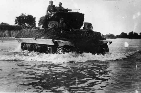 Przeprawa przez rzekę Metauro niszczyciela czołgów M10 Wolverine z 7 Pułku Artylerii Przeciwpancernej. Walki na Linii Gotów.
