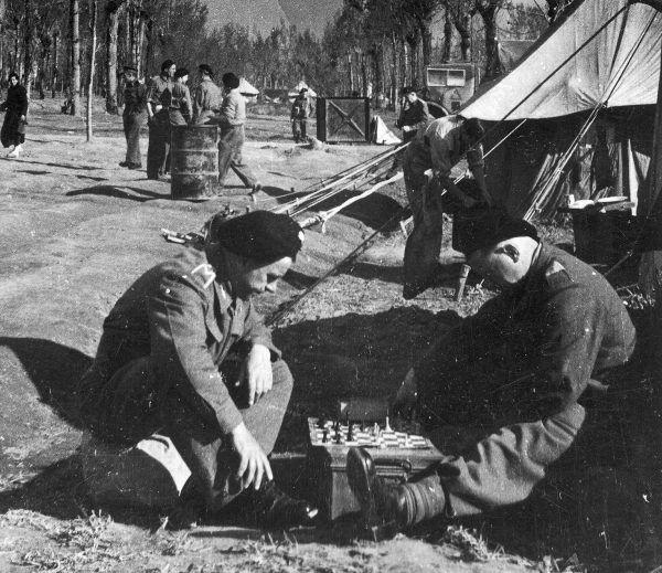 Żołnierze 2. Brygady Pancernej korzystają z chwili przerwy w walkach.