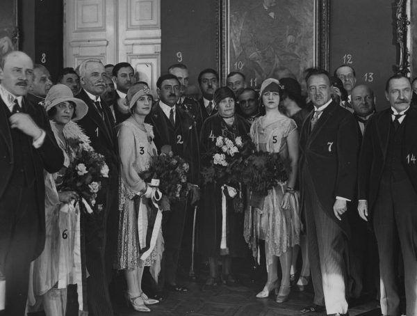 Królowa Soraja (na zdjęciu z numerem 3) w czasie wizyty w Polsce. Kwiecień 1928 roku.