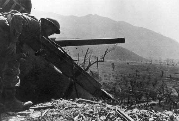 Bohdan Tymieniecki przy czołgu M4 Sherman zawieszonym na urwisku podczas walk we Włoszech.