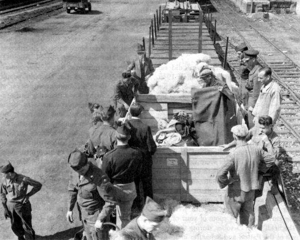 Na zdjęciu z kwietnia 1946 roku uwieczniono moment załadunku ołtarza Wita Stwosza, który wraca do Polski.