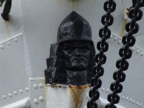 Zawisza Czarny walczył między innymi dla Zygmunta Luksemburskiego. Na fotografii wyobrażenie Zawiszy umieszczone na jachcie jego imienia.