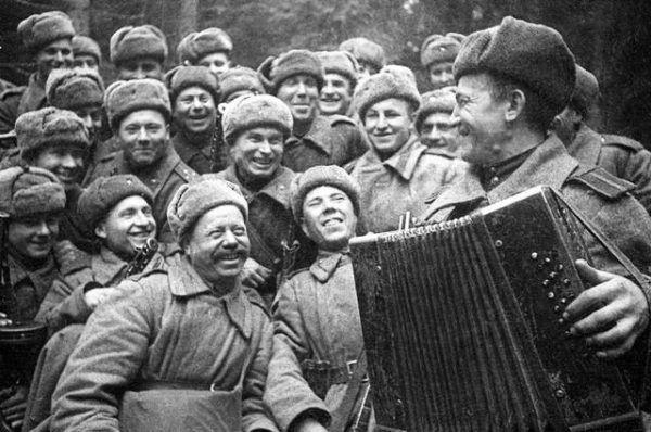 W swoim towarzystwie radośni i uśmiechnięci. Wobec Polaków nie mieli żadnych skrupułów.