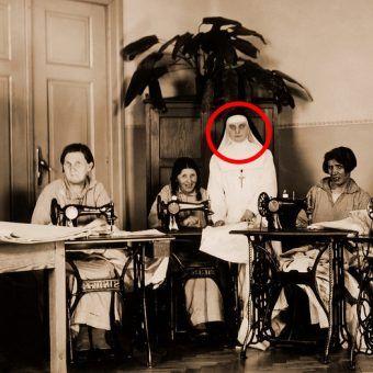 Terapia zajęciowa. Na zdjęciu zakonnica pełniąca służbę pielęgniarską i grupa pacjentek. Fotografia z okresu międzywojennego.