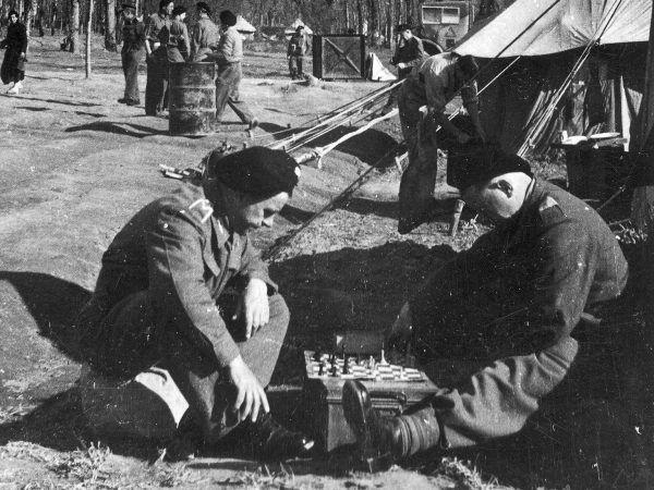 Żołnierze 2. Brygady Pancernej korzystali z chwili przerwy w zażartych walkach.