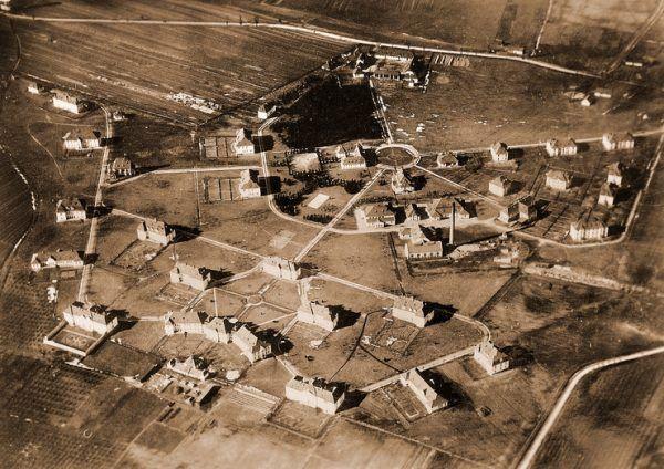 Szpital w Kobierzynie z lotu ptaka. Fotografia przedwojenna.