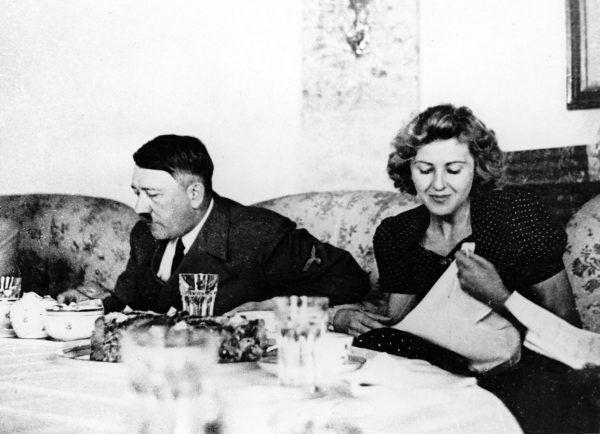 """Wspólny ,,rodzinny"""" obiad. Tyle, że ,,rodzina"""" ciut patologiczna... Fotografia pochodzi z książki ,,Czekoladowy tort z Hitlerem"""" (Bellona 2017)."""