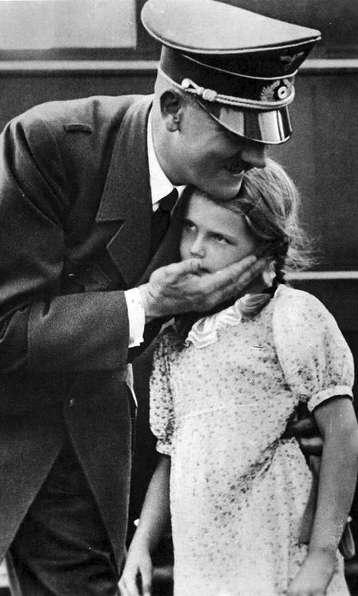 Dzieci Goebbelsów od najmłodszych lat miały kontakt z najważniejszymi ludźmi z nazistowskich Niemiec. Helga Goebbels na zdjęciu z Adolfem Hitlerem.