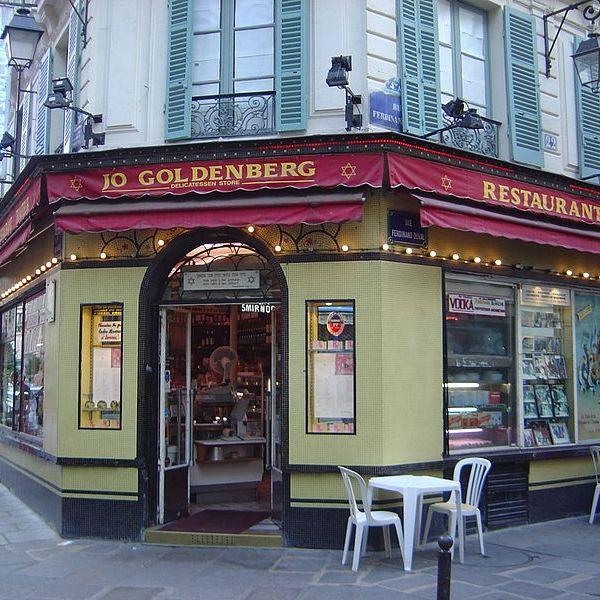 Paryska restauracja Jo Goldenberg. To tu w roku 1982 miał miejsce krwawy zamach, który kosztował życie 6 osób. Odpowiedzialni za niego palestyńscy terroryści wiedli w PRL życie złotej młodzieży.