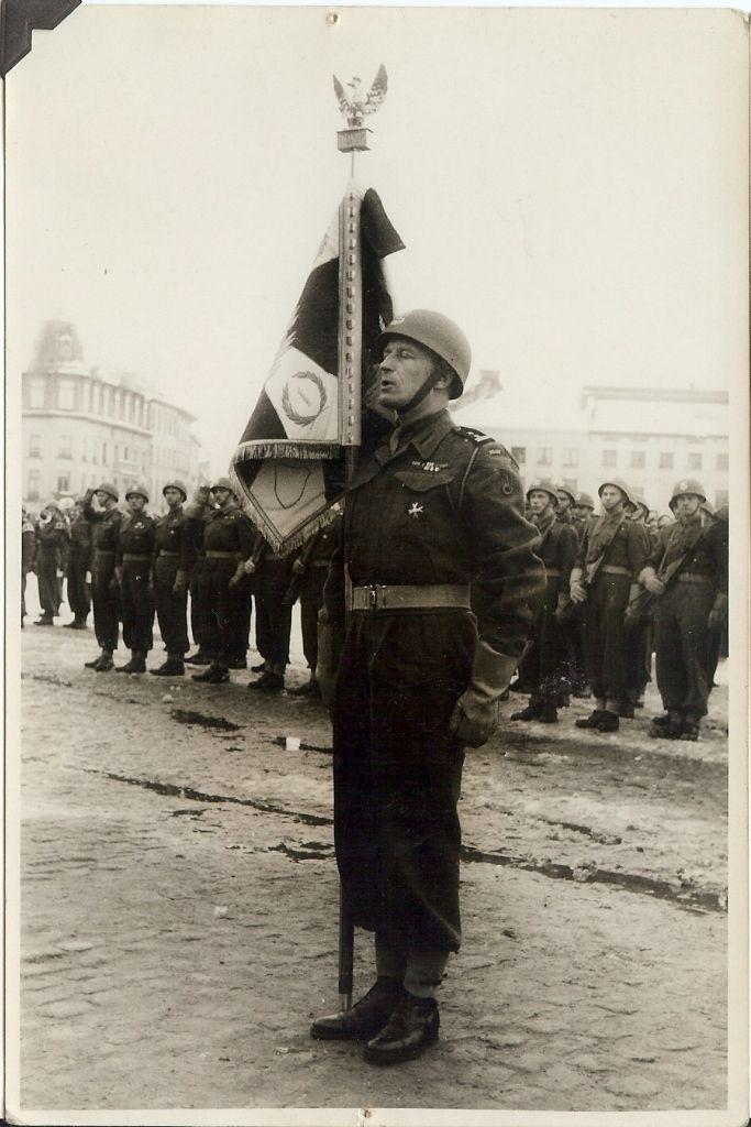 Aleksander Stefanowicz ze sztandarem 1 Pułku Pancernego w St Nicolas (Belgia) 3 marca 1946 roku.