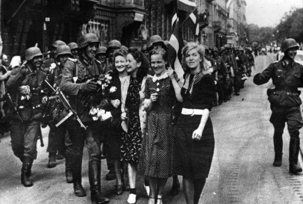 W niektórych stronach na terenie ZSRR naziści byli przyjmowani, jako wyzwoliciele spod terroru komunistów. Na zdjęciu Łotysze witający armię niemiecką.