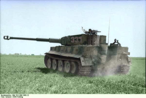 Gutowski dokonał nie lada sztuki - upolował Tygrysa. Koloryzowane zdjęcie Panzer VI (Tiger I), wykonane w północnej Francji.