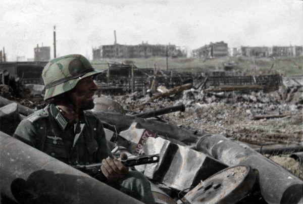 Zdjęcie kolorowe, ależ życie niemieckich żołnierzy wcale nie należało do wesołych. Na zdjęciu nazistowski oficer podczas bitwy o Stalingrad.