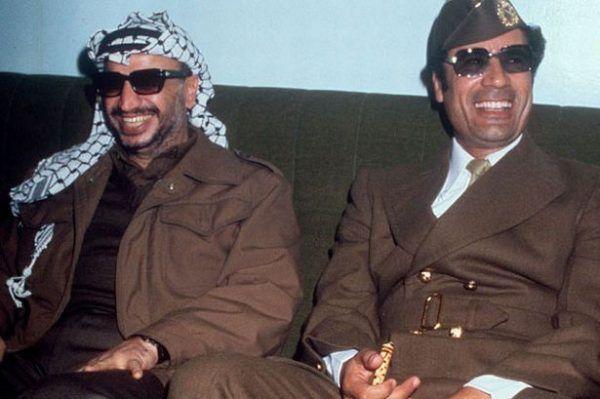 Polską broń chętnie zaopatrywał się i libijski dyktator Muammar Kadafi (po prawej). Na zdjęciu z przywódcą Organizacji Wyzwolenia Palestyny Jasirem Arafatem.