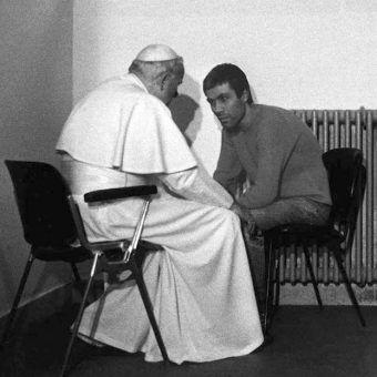 Jan Paweł II odwiedza Mehata Alego Agcę w więzieniu, 1983 rok.