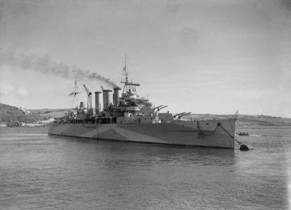 """Krążownik HMS """"Berwick"""", który przewodził siłom inwazyjnym."""