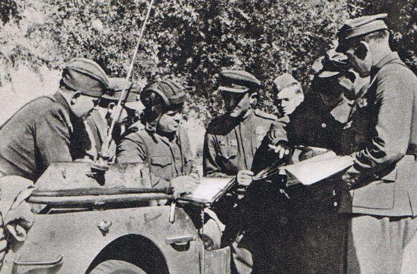 Członkowie 1 Warszawskiej Brygady Pancernej im. Bohaterów Westerplatte na przyczółku warecko-magnuszewskim. Częścią jego obrony była bitwa pod Studziankami.