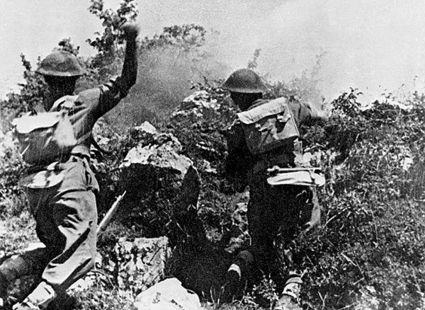 """Żołnierze II Korpusu szturmują wzgórze """"593"""". Kto wie czy naprzeciwko siebie nie mają przymusowo wcielonych do Wehrmachtu rodaków."""