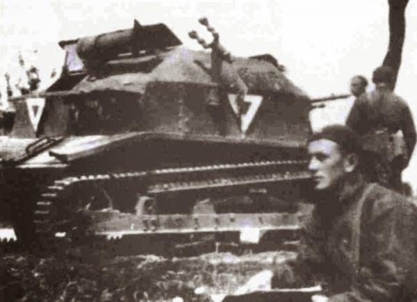Jedno z nielicznych ujęć Edmunda Romana Orlika z tankietką TKS.