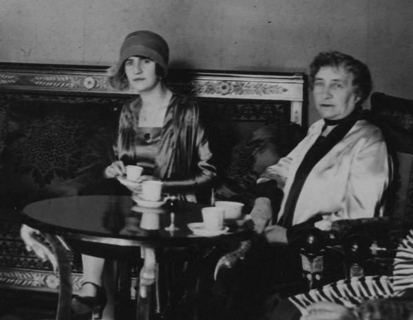 Zdjęcia królowej Sorai z jej podróży po Europie były szokiem dla wiernych tradycji Afgańczyków. Na fotografii królowa (po lewej) z Michaliną Mościcką.