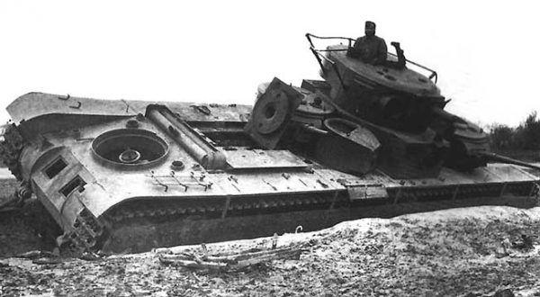 Zniszczony radziecki czołg T-35, przejęty przez Armię Południe.