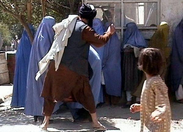 Przejęcie przez talibów władzy w Afganistanie było prawdziwym koszmarem dla kobiet. Na zdjęciu talibska policja religijna wymierza kobietom publiczną chłostę.