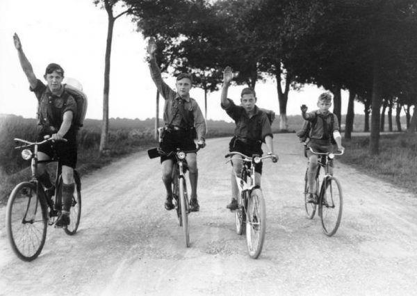 Sport w nazistowskich Niemczech stanowił bardzo ważny element wychowania. Na zdjęciu członkowie Hitlerjugend.