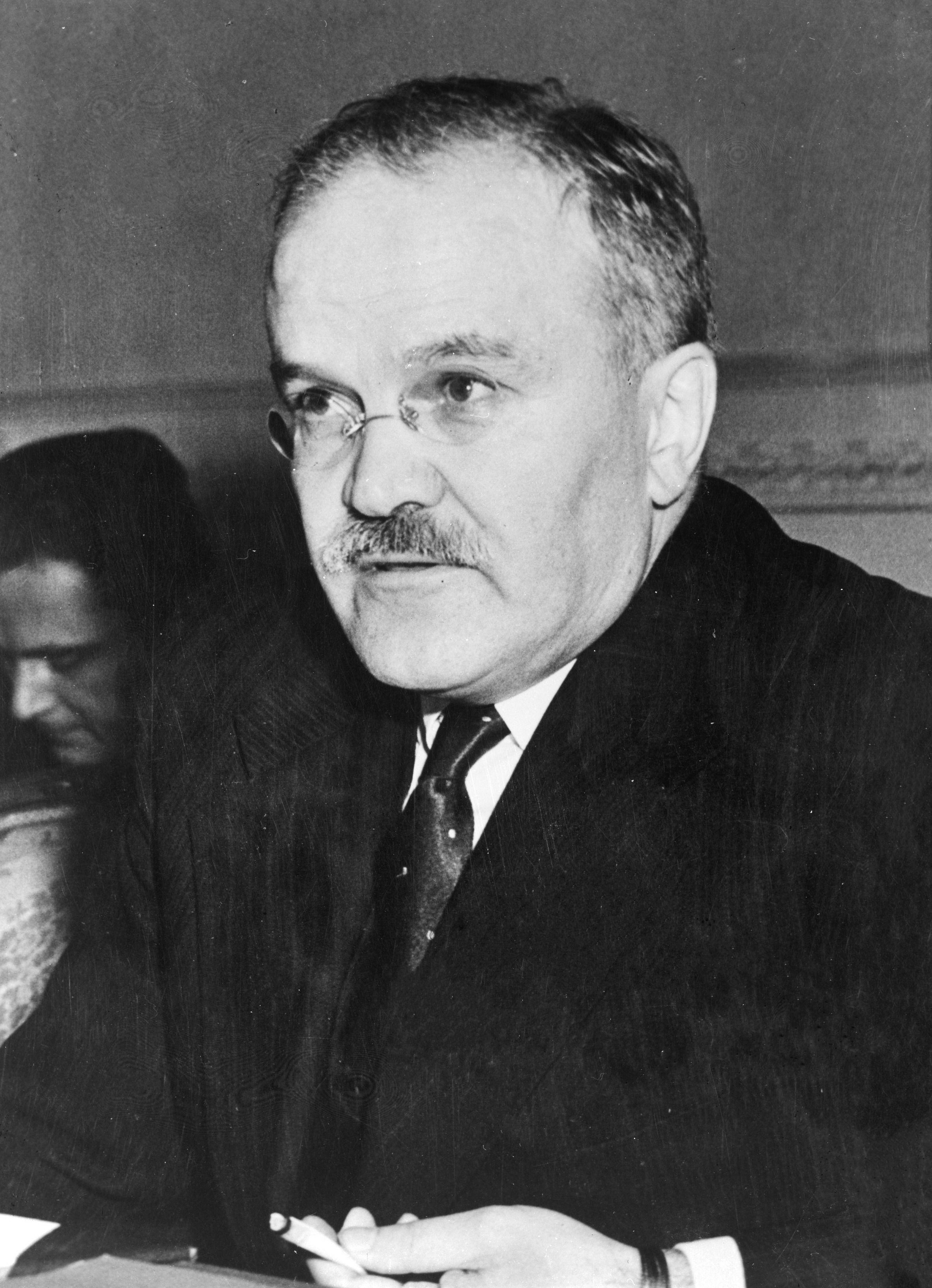 Wiaczesław Mołotow, jeden z najbliższych współpracowników Stalina bardzo lubił tańczyć w... męskich ramionach.