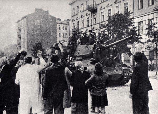 Na zdjęciu radzieccy żołnierze podczas wyzwalania warszawskiej Pragi we wrześniu 1944 roku.