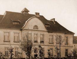 Jeden z budynków krakowskiego szpitala dla umysłowo chorych. Fotografia przedwojenna.