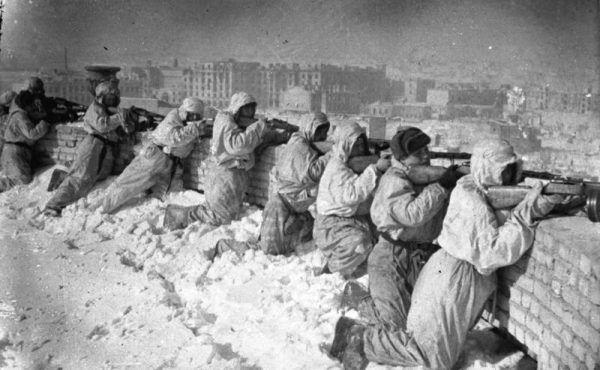 W Stalingradzie żołnierze niemieccy przegrali z armią radziecką i zimą, która paraliżowała armię generała Paulusa.