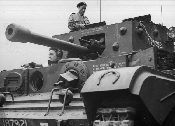 Co zrobić z betonową przeszkodą? Najlepiej rozwalić! Na zdjęciu czołg Cromwell VII, taki, jakim jeździł Wasilewski, w oczekiwaniu na wymarsz.