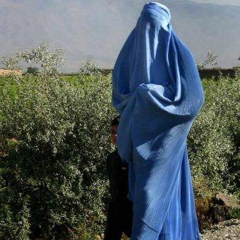W Afganistanie kobiety w miejscach publicznych muszą zakładać burki.