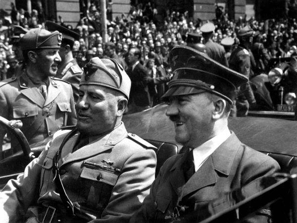 Adolf Hitler kilka razy musiał pomagać swojemu nierozważnemu sojusznikowi z Włoch. Na zdjęciu Benito Mussolini z Hitlerem.