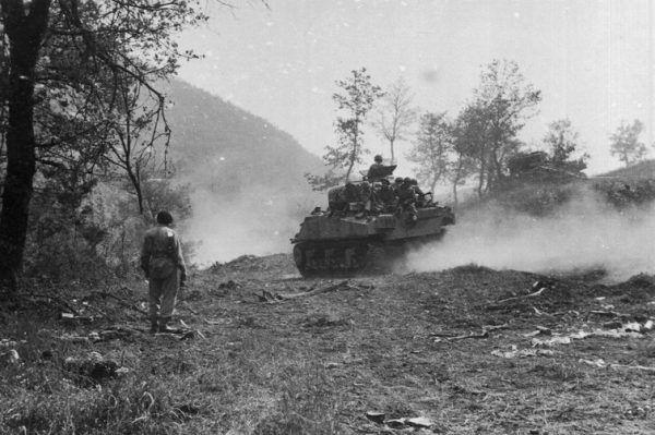 """Tymieniecki Shermanem przejechał całą kampanię włoską. Na zdjęciu Saperzy na czołgu M4 Sherman w drodze do """"Gardzieli"""" podczas bitwy pod Monte Cassino."""