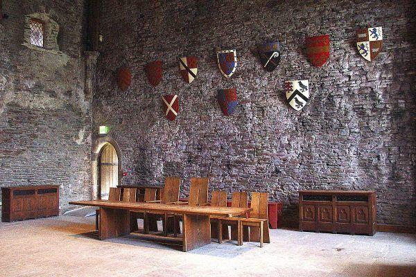 Współczesna rekonstrukcja hallu nawet w nie oddaje w pełni wspaniałości tego pomieszczenia. Zdjęcie pochodzi z walijskiego zamku Caerphilly.