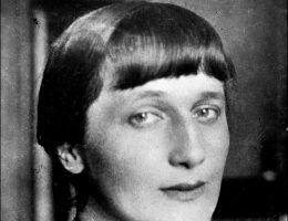 Anna Achmatowa, wybitna rosyjska poetka, pomogła Nadii Mandelsztam ukrywać się po aresztowaniu jej męża przez radzieckie władze.